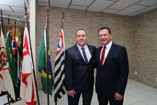 O novo presidente da CDL Itaquera, Roger Fildimaque, com o presidente da Federação das Câmaras de Dirigentes Lojistas do Estado de São Paulo, Maurício Stainoff