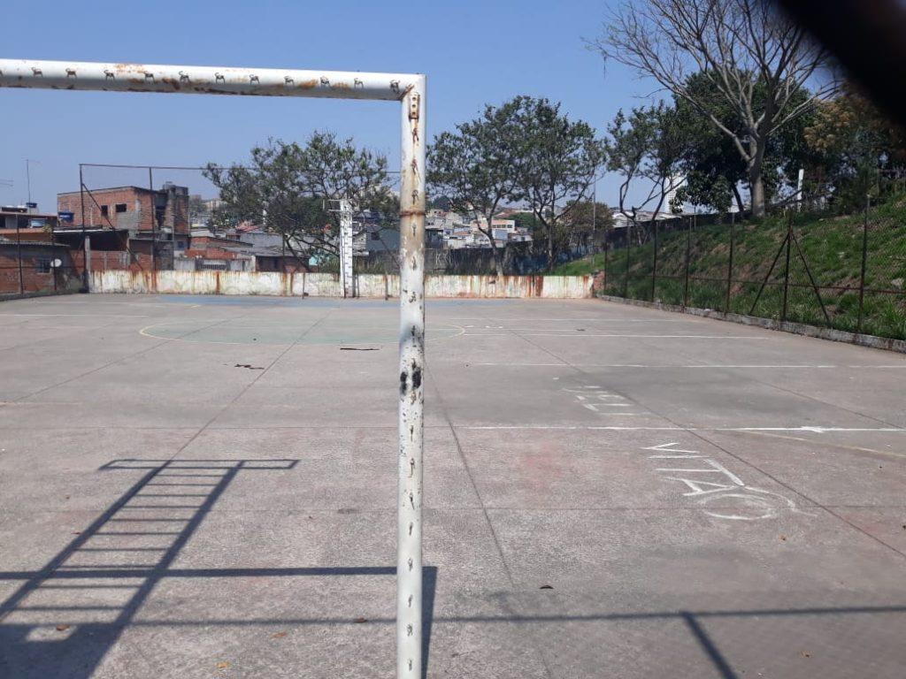 A quadra poliesportiva também está abandonada